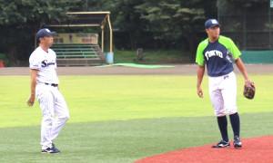 守備練習で宮本ヘッドコーチ(左)の指導を受ける村上