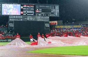 2回に雨が強くなり試合が中断になるが、その後試合再開に向けてグラウンド整備が始まった(カメラ・保井 秀則)