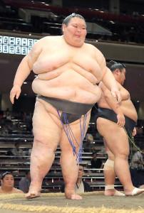 樹龍を下して引退前最後の相撲を白星で飾っ大露羅