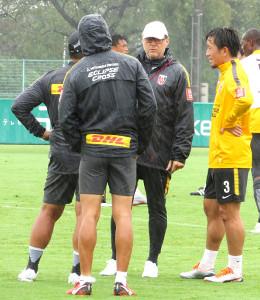 全体練習後、MF宇賀神友弥(右)と話す浦和のオリヴェイラ監督(右から2人目)