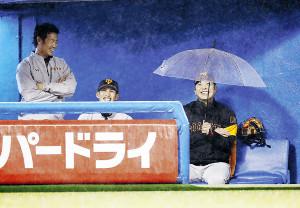 雨が吹き込むベンチの中で、傘を差して雨を避ける阿部(左から亀井、陽=カメラ・矢口 亨)