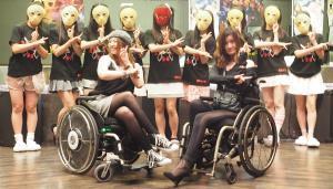 仮面女子と初遭遇した(前列左から)梅津絵里、曽塚レナ