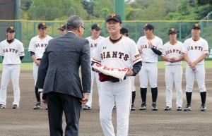 イースタン4年連続リーグ優勝を達成し、川相2軍監督に優勝ペナントが渡された(カメラ・池内 雅彦)