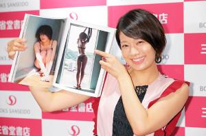 発売イベントではじける笑顔の佐藤美希