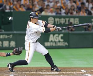 1回2死二、三塁、左前適時打を放つ長野