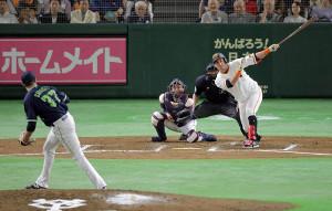 6回1死一、二塁、左前適時打を放つゲレーロ(投手はカラシティー、捕手は中村)