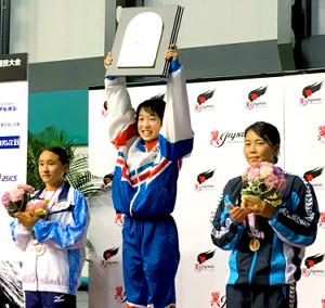 飛び込み日本選手権の高飛び込みでV2達成の荒井祭里(中央)は盾を高々と掲げて笑顔(左は2位の金戸凛、右は3位の榎本遼香