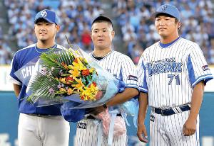 横浜高の同級生、(左から)松坂、後藤、小池コーチが記念写真に納まる