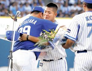 引退セレモニーで松坂(左)から花束を渡され、涙ながらに抱き合う後藤(カメラ・成海 晃)