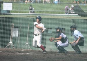 5回、大阪桐蔭の西野が中堅左に2ランを放つ