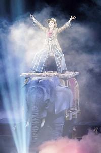 象ロボットに乗って登場した松任谷由実(撮影・田中聖太郎)