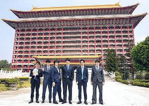 グランドホテル台北をバックにした関ジャニ∞の6人