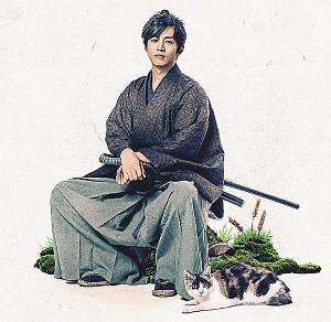 時代劇初主演を務めた松坂桃李。居眠りしている猫のような華麗な剣さばきを披露する