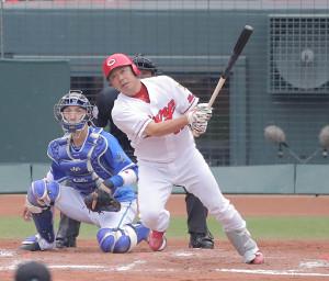 2回無死一塁、石原は中越えに先制の適時二塁打を放つ