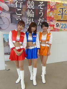 向日町競輪場でライブを行ったスピーチーズ(左から久明千恵、北見直美、櫻庭ヨウ)
