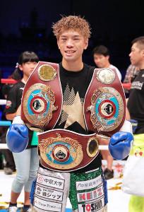 判定で勝利し、3階級制覇を達成した田中恒成