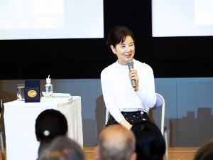 ゲストで登壇した吉永小百合。左にあるのがノーベル賞のメダル