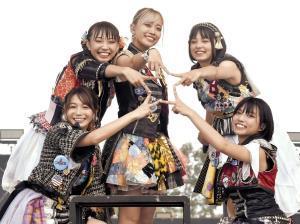 手で星形を作り芸能界の星になることを誓ったベイビーレイズJAPANの(左から)傳谷英里香、大矢梨華子、林愛夏、渡邊璃生、高見奈央