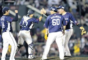 9連勝を飾り、タッチを交わす(右から)山川、中村、森、増田(カメラ・相川 和寛)