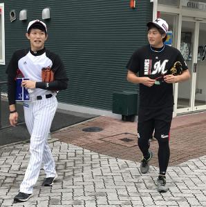 26日の楽天戦に先発するロッテ・有吉(右)はチェンと談笑する(カメラ・長井 毅)