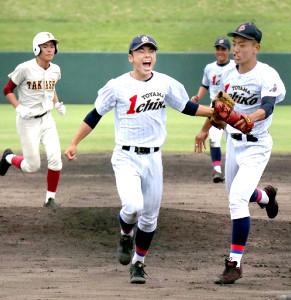 最後を締めて優勝を決め、雄たけびを上げる富山第一・竹村(中央)