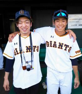 今春沖縄キャンプでツーショット写真におさまる松原(右)と、兄のゆいさん