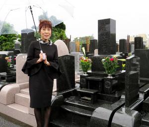 木下龍太郎さんの墓前で新曲「恋女房」のヒットを祈願した原田悠里