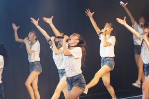 山本彩が作曲した「夢は逃げない」を熱唱する、センター・大田莉央奈(手前)ら研究生