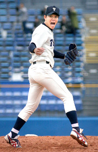 最後の打者を空振り三振に仕留め雄たけびを上げる東洋大・上茶谷(カメラ・青柳 明)