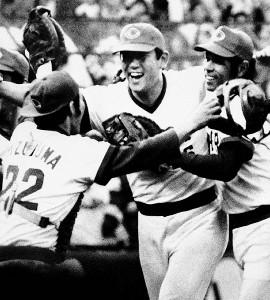 80年の日本シリーズで2連覇を達成し喜ぶ(右から)衣笠、江夏、水沼