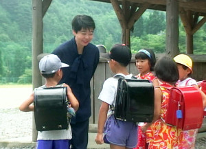 大阪・カンテレが10月2日深夜に追悼番組として再放送する「鬼ユリ校長、走る!」の一場面(カンテレ提供)