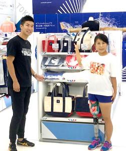 東京2020オフィシャルショップ3号店のイベントに出席した桐生(左)と、パラアスリートの大西瞳