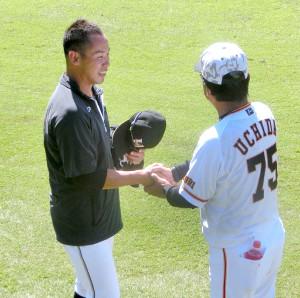 巨人・内田2軍打撃コーチとあいさつを交わす日本ハム・矢野
