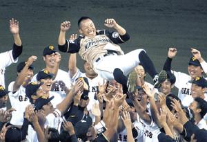 試合後に日本ハム、巨人両選手から胴上げされる矢野