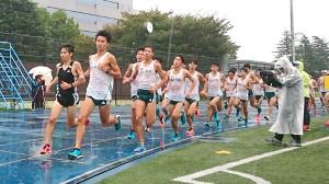 雨が降りしきる中、恒例の5000メートル学内記録を行った青学大。好記録が連発し、原監督は史上初となる2度目の学生駅伝3冠に自信を見せた