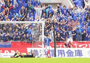 後半6分、ゴールを決めサポーターと喜ぶ横浜M・仲川(19番)とピッチに倒れる仙台・シュミット(左)(カメラ・小林 泰斗)