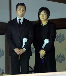 樹木希林さんの葬儀を執り行った本木雅弘(左)と内田也哉子
