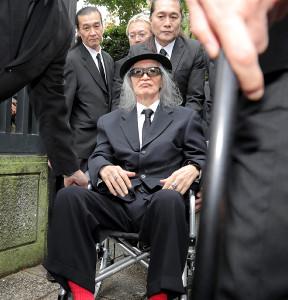 樹木希林さんの告別式を終え、車いすに乗って帰路につく内田裕也