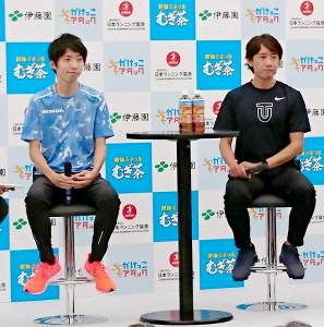 かけっこ教室に参加したマラソン男子の設楽悠太(左)と、東洋大の酒井俊幸監督