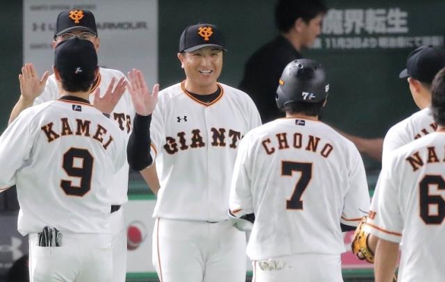 サヨナラ打を放った長野(7)を笑顔で迎える高橋監督