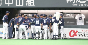 試合前、昨年亡くなった森慎二元コーチのユニホームをベンチに飾り、円陣を組む西武ナイン