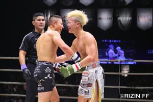 健闘をたたえ合う那須川天心(左)と堀口恭司