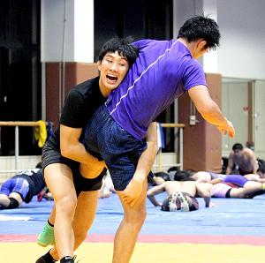 気合のこもった表情でタックルに入る圭祐(左)