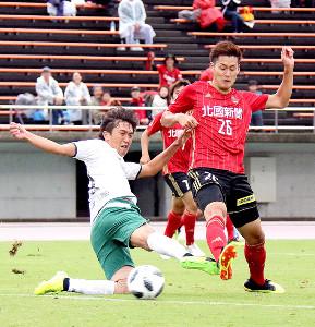 後半12分に右足で先制ゴールを決めた金沢MF藤村(右)