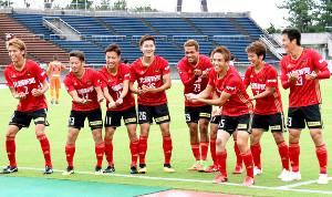 先制ゴールを決めた金沢MF藤村(左から4人目〈26〉)は揺りかごダンスでDF沼田(右から3人目)の第1子誕生を祝った