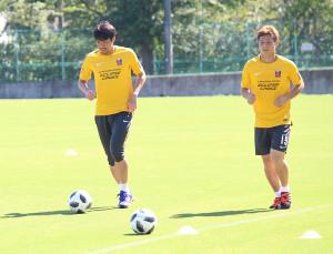 9月30日の柏戦に先発した浦和MF青木拓矢(左)とMF長沢和輝は回復運動に務めた