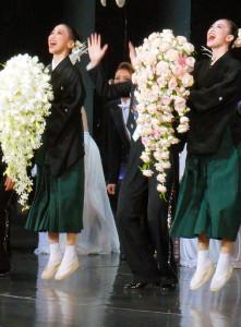 退団セレモニーで、同時退団する憧花ゆりの(左)と、千秋楽恒例のジャンプを披露した宝塚歌劇月組トップ娘役・愛希れいか