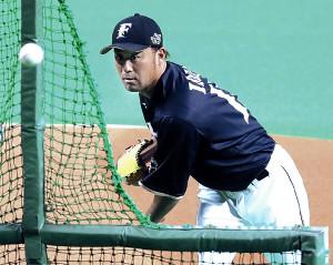 日ハム投手陣最年長の左腕・石井裕は自ら打撃投手を買って出た
