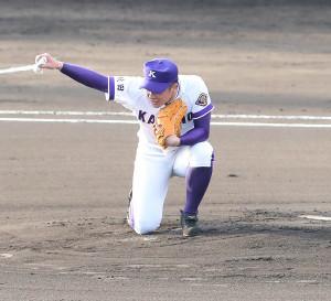 試合開始前、マウンドでシャキーンポーズを決める金足農・吉田(カメラ・谷口 健二)