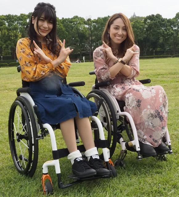 スチームガールズ・ポーズを決める猪狩ともか(左)と中嶋涼子